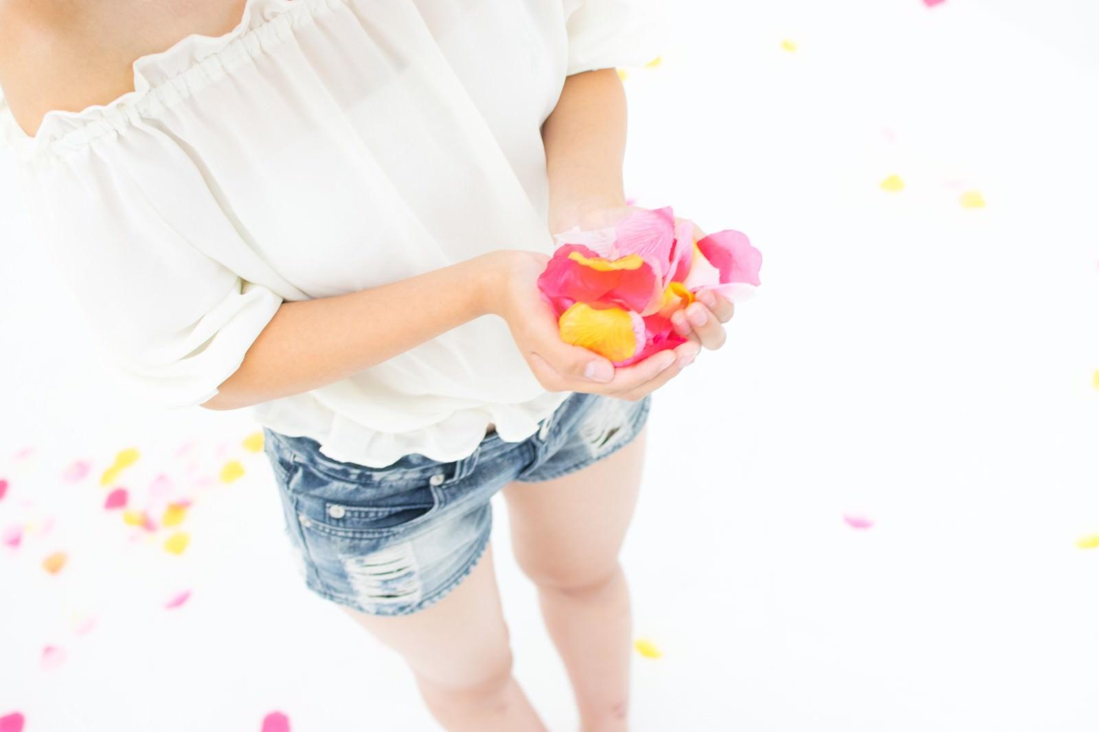 「両手いっぱいに持った花びら」の写真