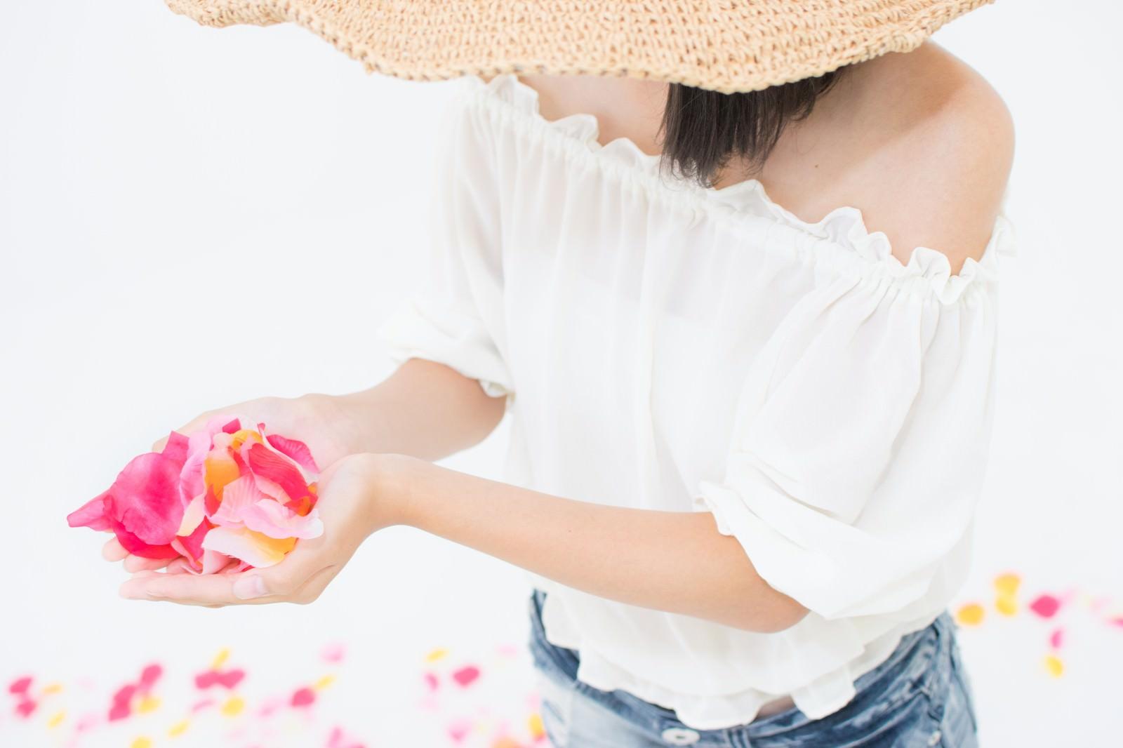 「両手からこぼれる花びら」の写真