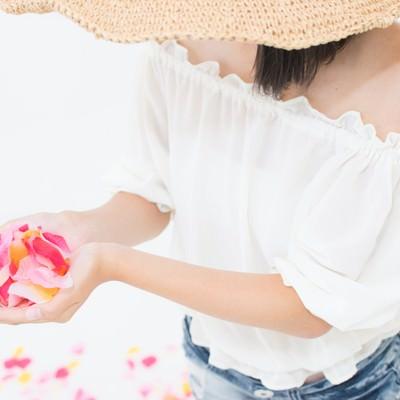 「両手からこぼれる花びら」の写真素材