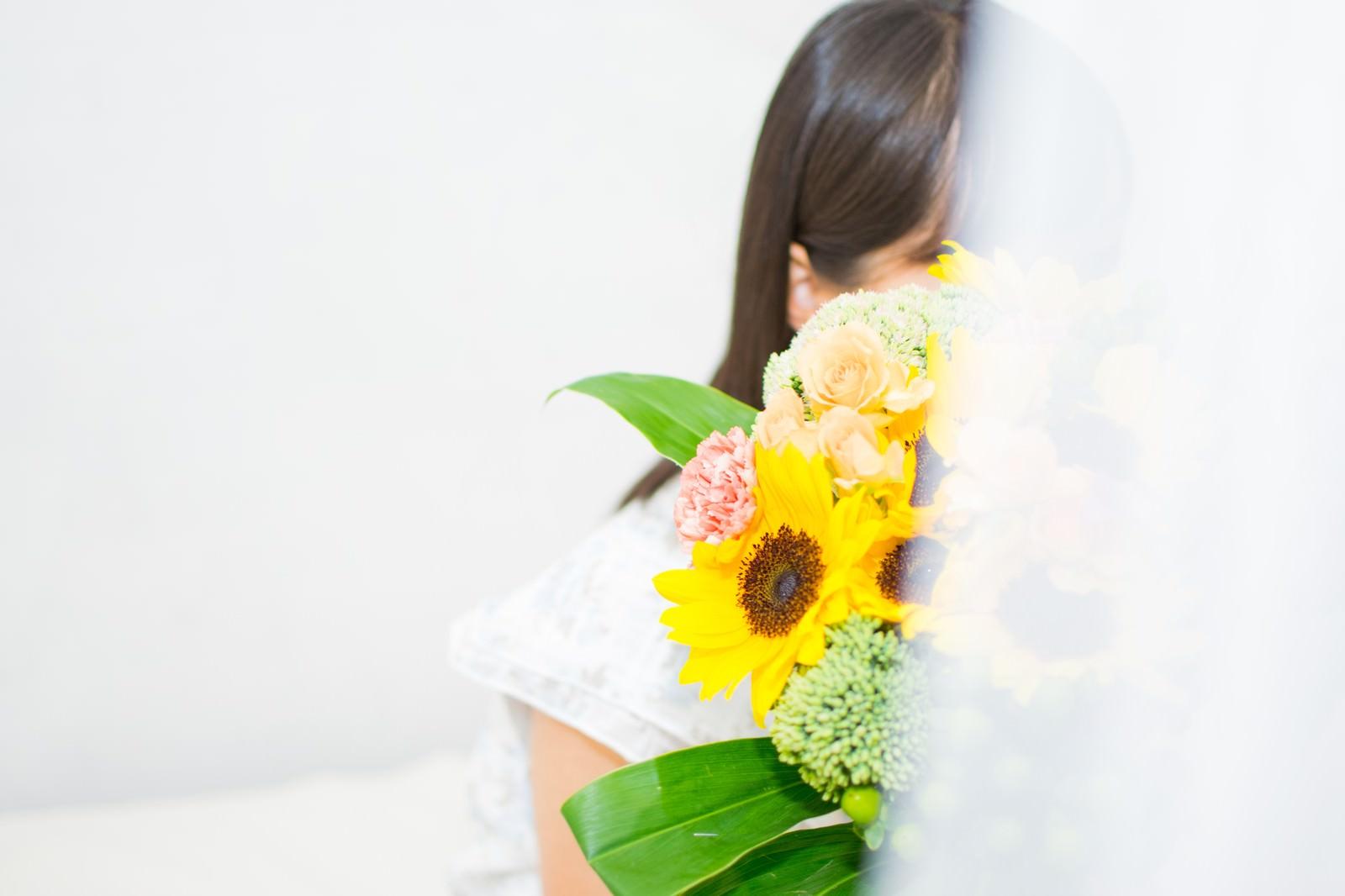 「花束を持ってスタンバイしている女性花束を持ってスタンバイしている女性」のフリー写真素材を拡大