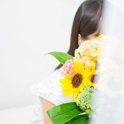 花束を持ってスタンバイしている女性の写真