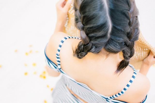 髪の毛を編み込んだタンキニ女子の写真