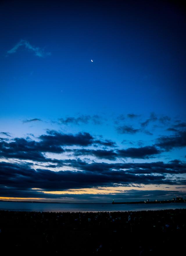 夜明け前の薄明な空の写真
