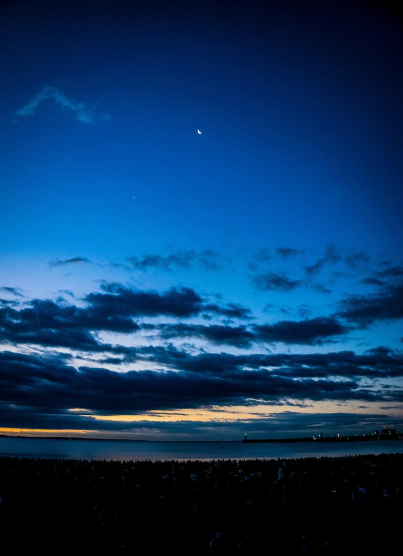 「夜明け前の薄明な空」の写真