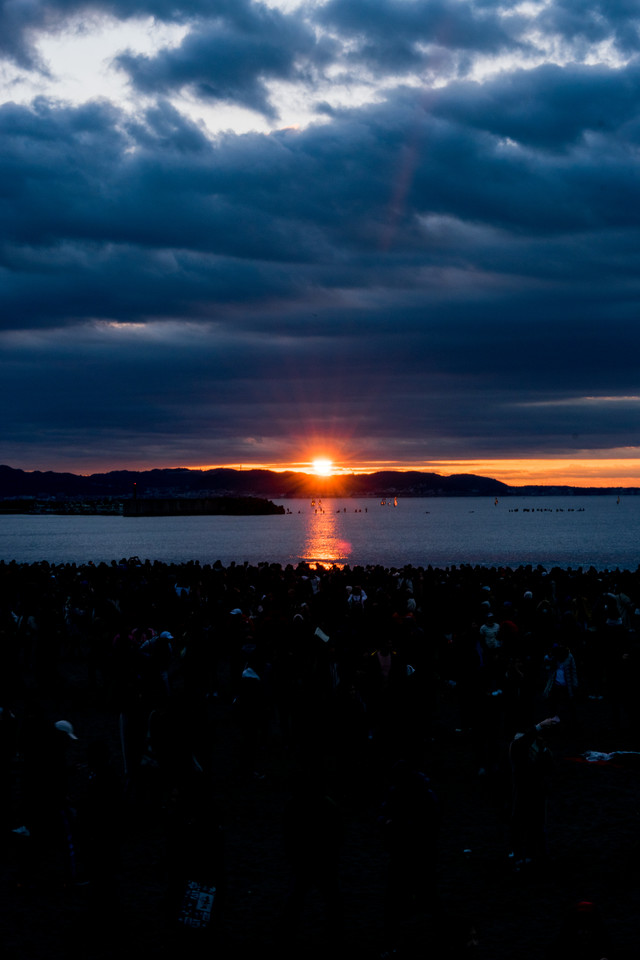 雲間から現れる朝日の写真