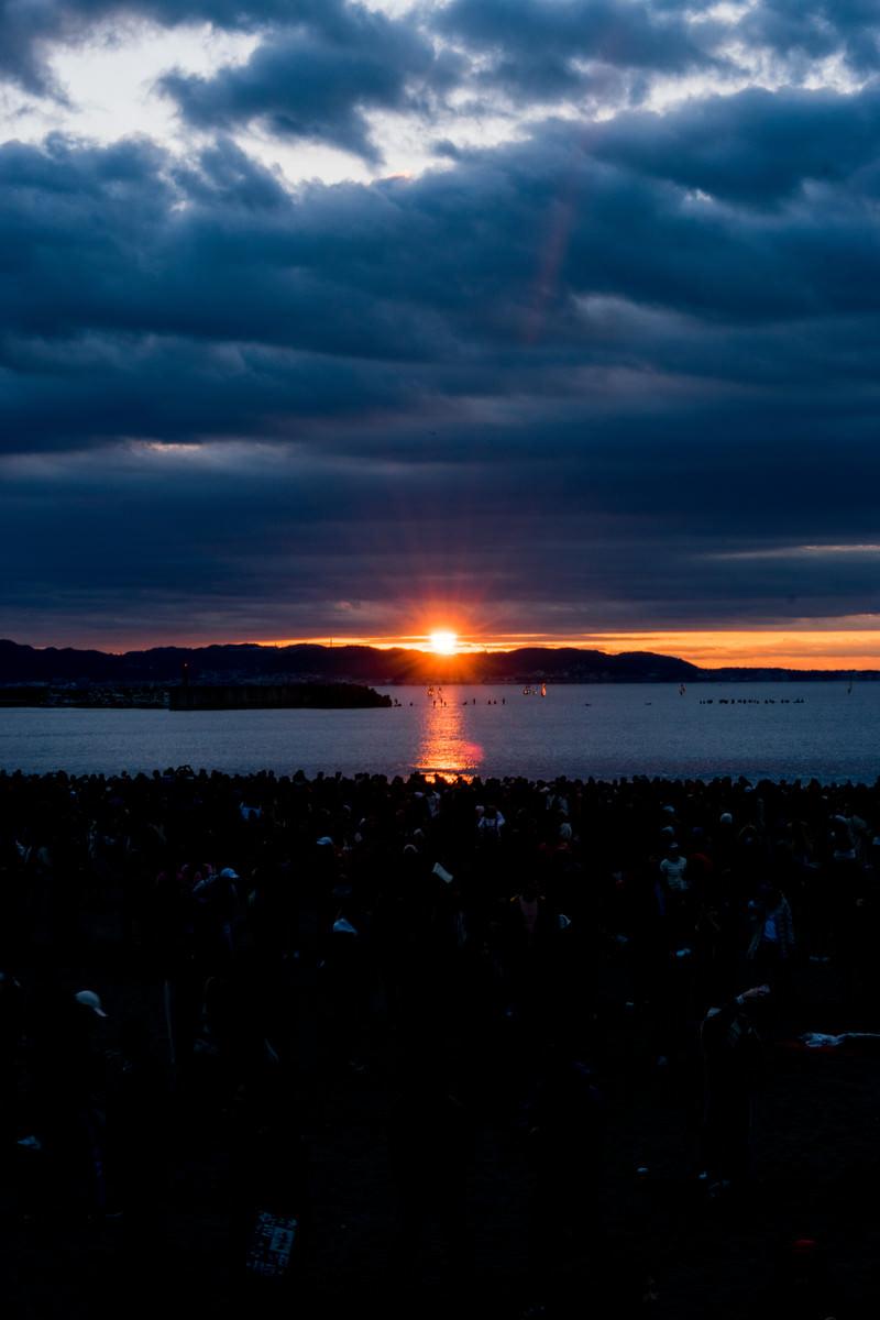 「雲間から現れる朝日」の写真