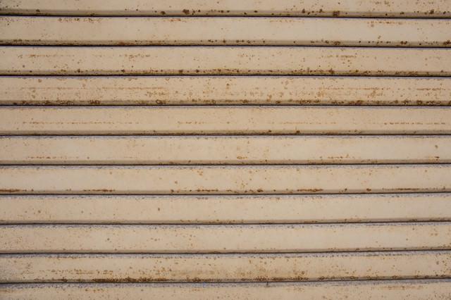 錆びかけてきたシャッターの写真