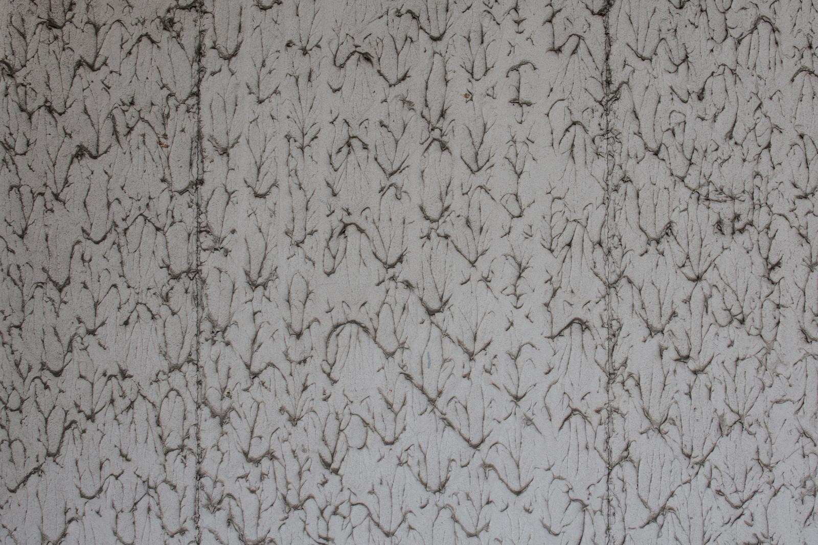 「汚れがこびりついて遠目からは模様ぽい壁」の写真