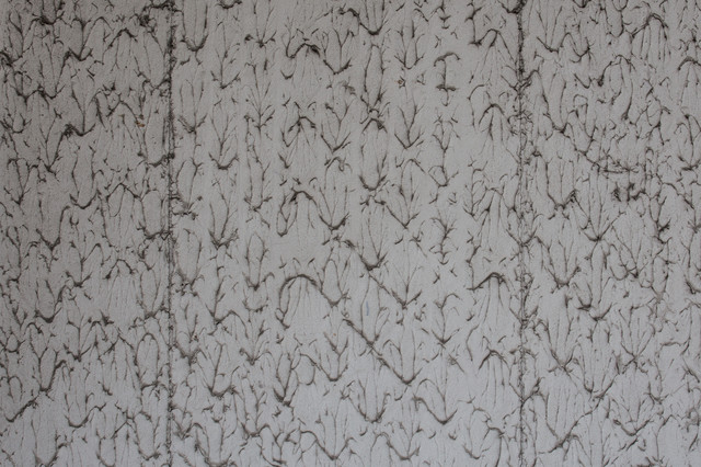 汚れがこびりついて遠目からは模様ぽい壁の写真