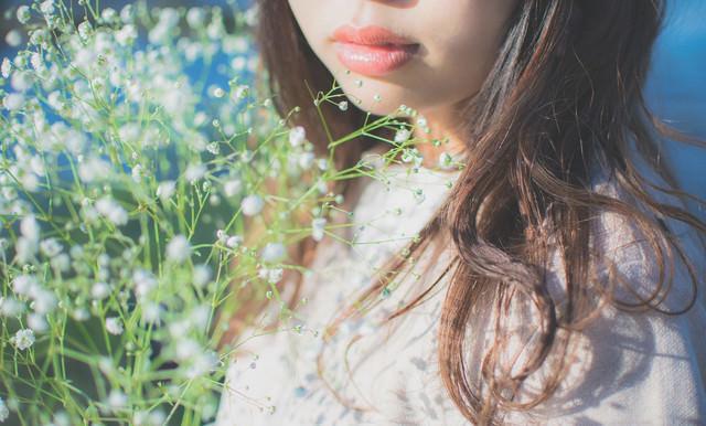 霞草と女性の写真