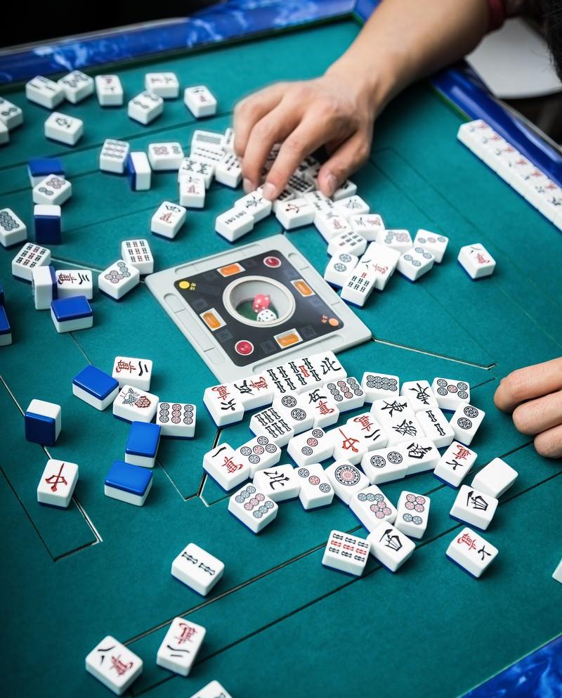 「牌をチェック中牌をチェック中」のフリー写真素材を拡大