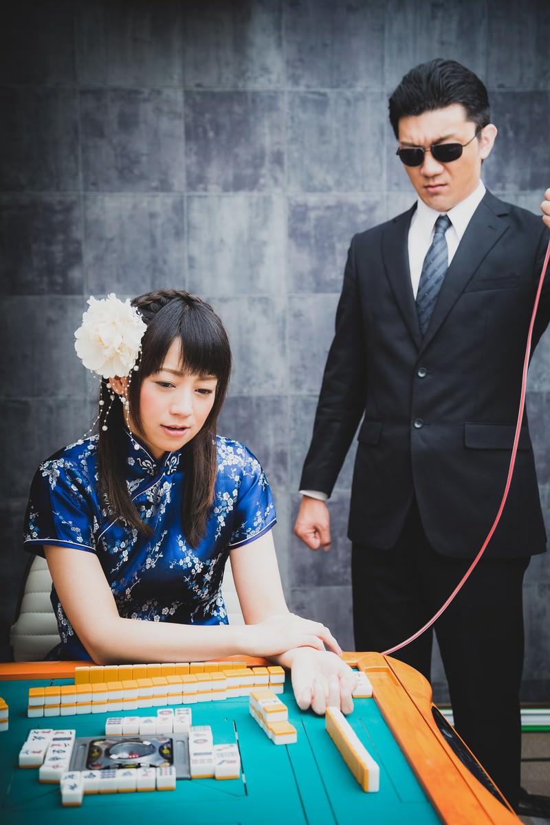 「麻雀対決中に輸血を行う女性」の写真[モデル:米崎奈棋 OZPA]