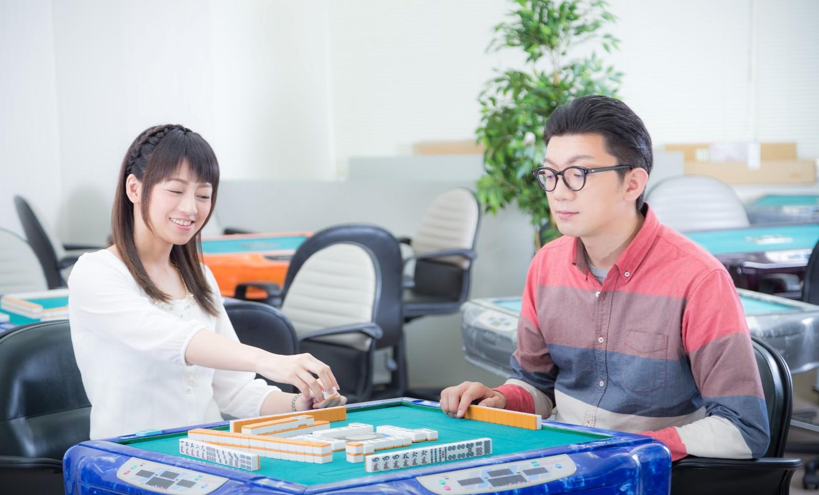 「楽しそうに麻雀を打つ男女楽しそうに麻雀を打つ男女」[モデル:米崎奈棋 OZPA]のフリー写真素材を拡大