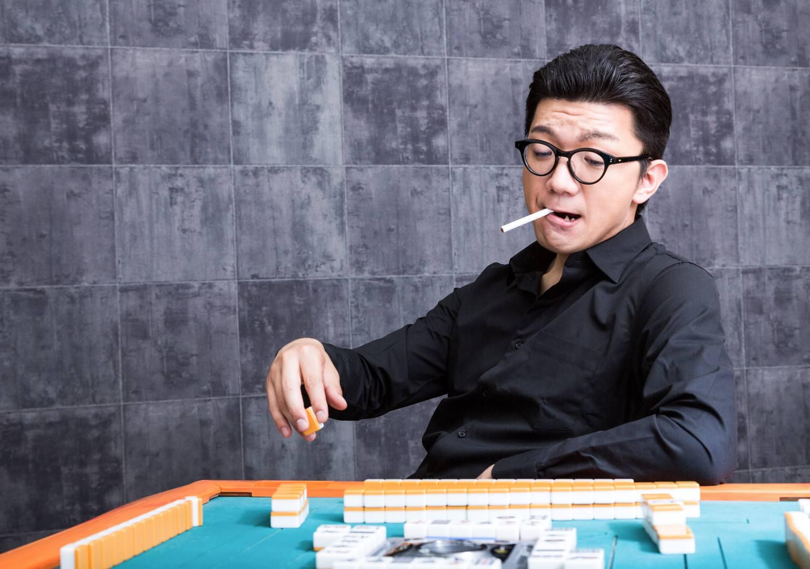 「麻雀マナー:くわえタバコはご遠慮ください」の写真[モデル:OZPA]