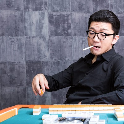 「麻雀マナー:くわえタバコはご遠慮ください」の写真素材