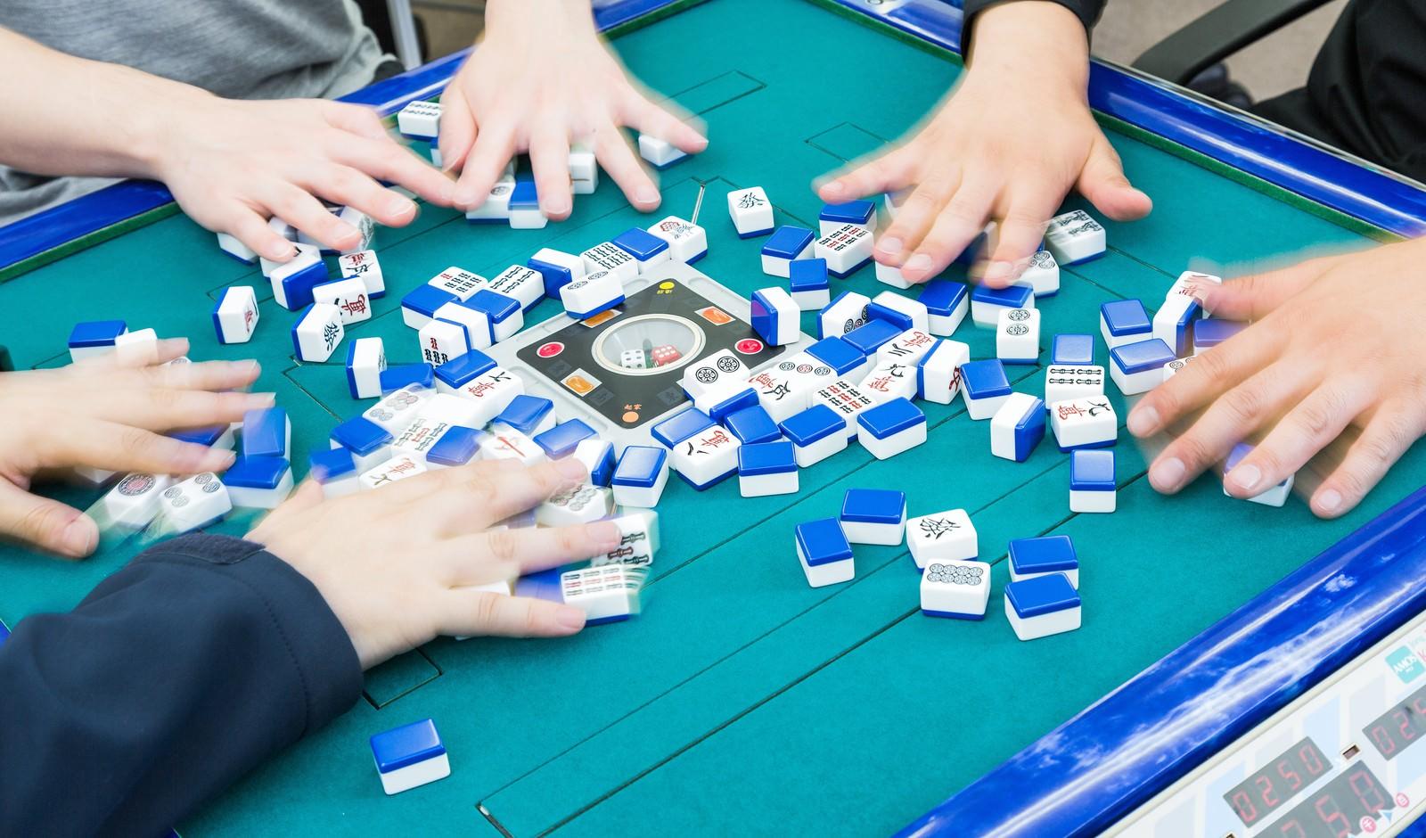 「全自動卓で無意味の洗牌(シーパイ)」の写真
