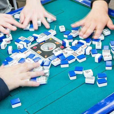 「全自動卓で無意味の洗牌(シーパイ)」の写真素材
