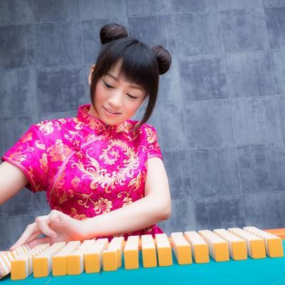 「卓掃しているチャイナ服の女流雀士」の写真素材