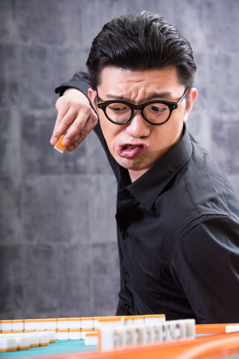 「某麻雀漫画の影響で、過剰な引きヅモをするマナー知らずの男性」の写真[モデル:OZPA]
