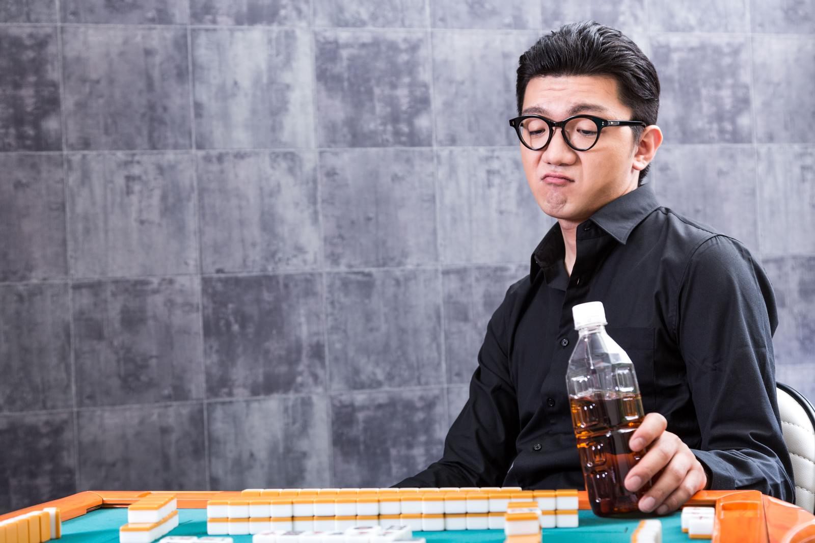 「麻雀マナー:飲み物を卓上に置かないでください麻雀マナー:飲み物を卓上に置かないでください」[モデル:OZPA]のフリー写真素材を拡大