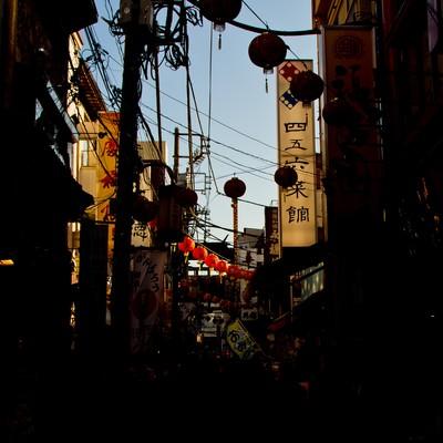 「横浜中華街の路地裏」の写真素材