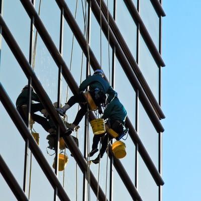 高所の窓拭き作業員の写真