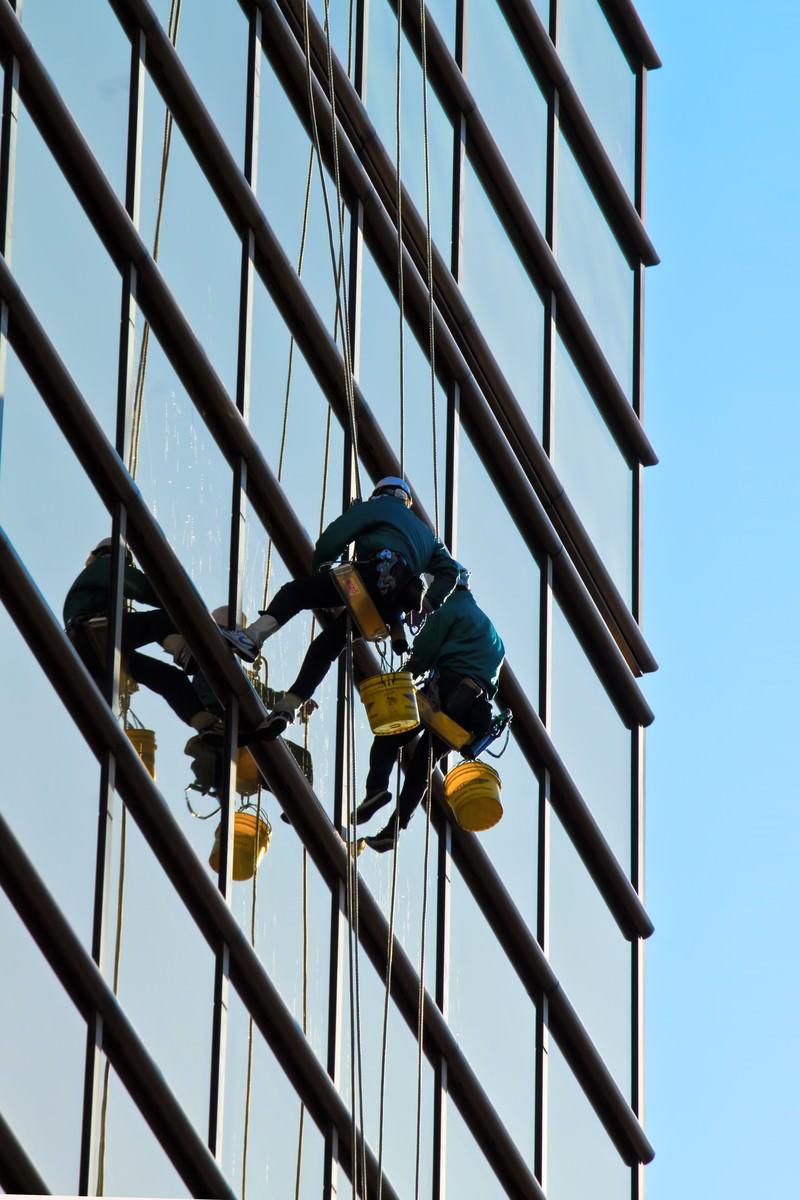 「高所の窓拭き作業員」の写真