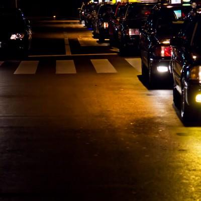 「客待ちで縦列する夜のタクシー」の写真素材