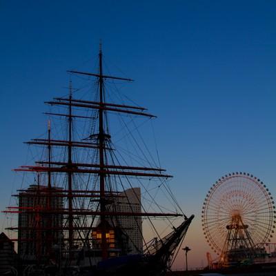 「みなとみらいの観覧車と日本丸」の写真素材