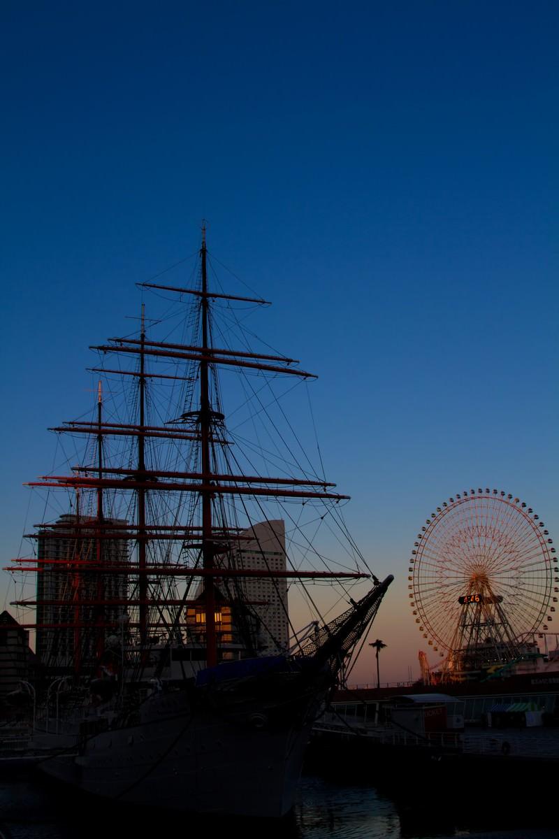 「みなとみらいの観覧車と日本丸」の写真
