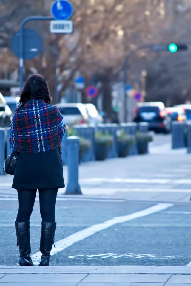 信号待ちをする女性の写真