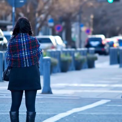 「信号待ちをする女性」の写真素材