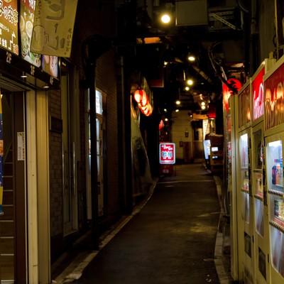 「飲み屋の路地裏(夜間)」の写真素材