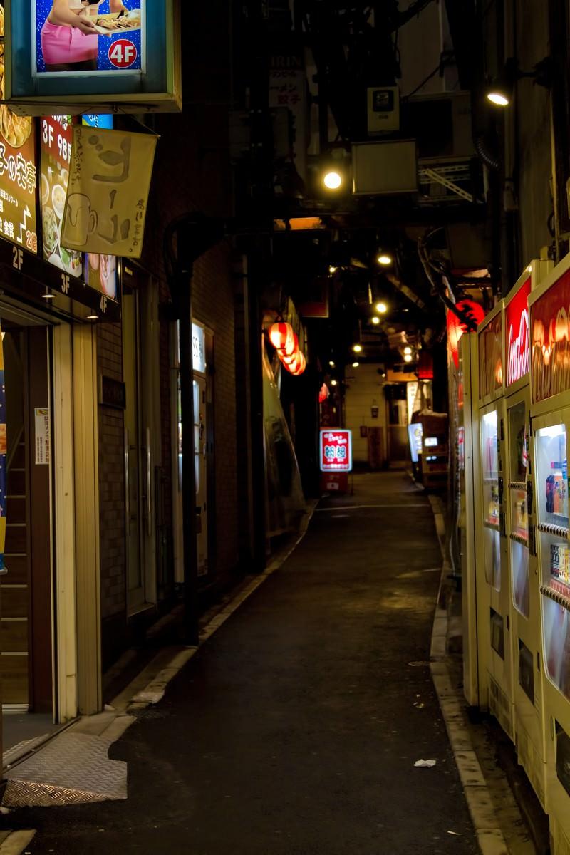 「飲み屋の路地裏(夜間)」の写真