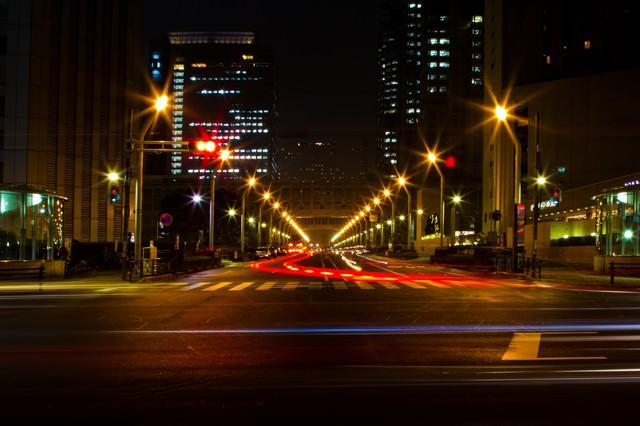 新宿都庁前の大通り(夜間)の写真