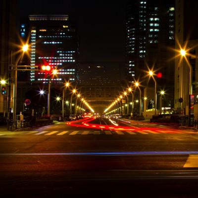 「新宿都庁前の大通り(夜間)」の写真素材