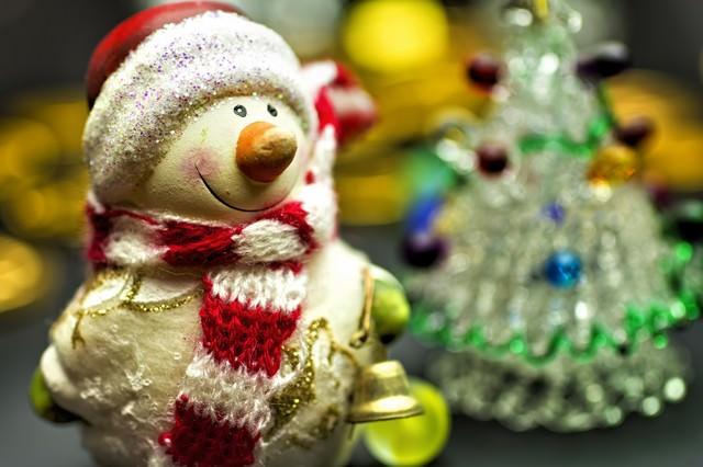 「ツリーと雪だるまの人形」のフリー写真素材