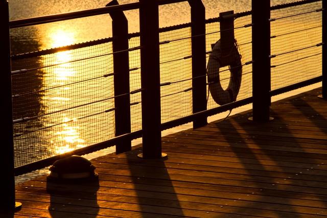 夕暮れの海とシルエットの写真