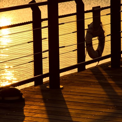 「夕暮れの海とシルエット」の写真素材