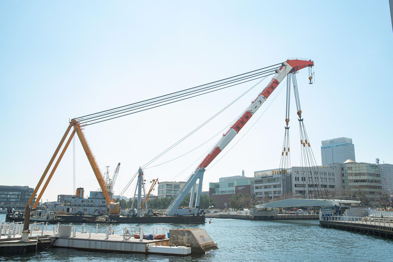 「横浜・みなとみらい21に新設される女神橋の架設現場」の写真