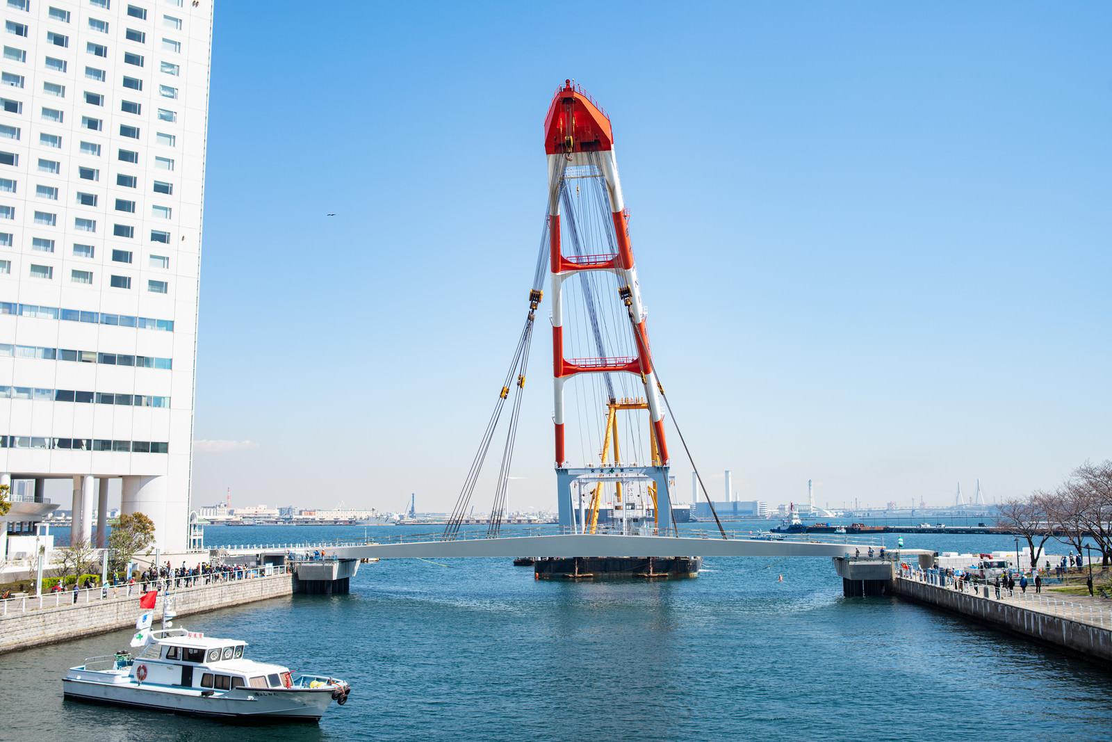 「臨港パークと新港パークを結ぶ歩行者デッキを架設する様子(女神橋)」の写真