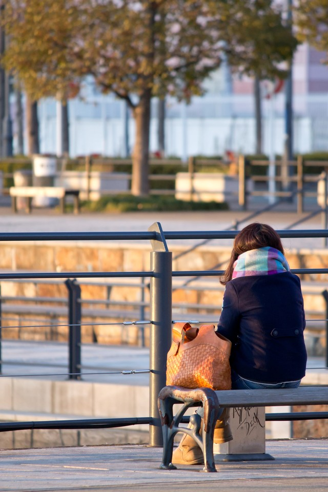 ベンチに座る女子の写真