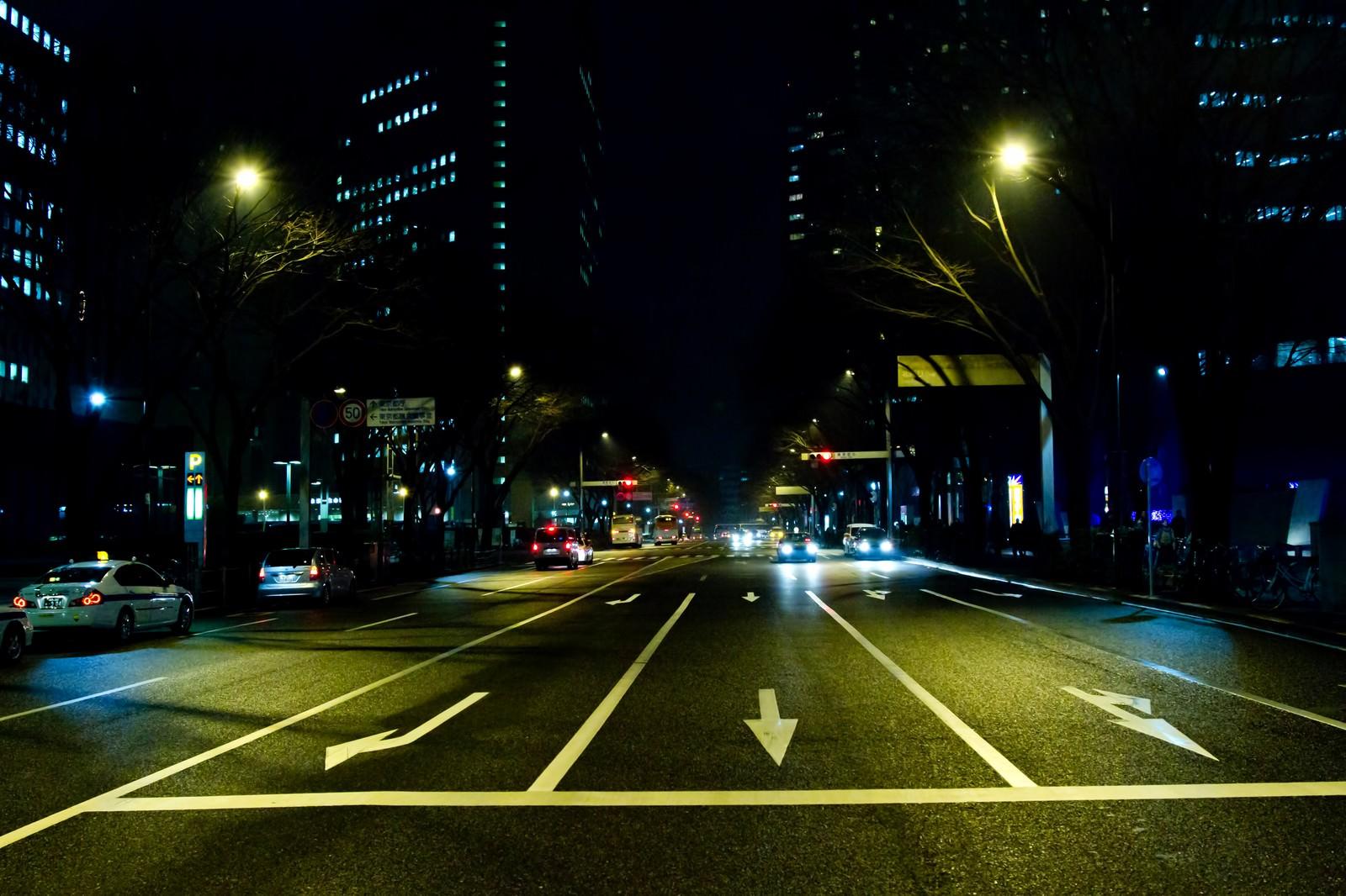 「三車線の大通り(夜間)」の写真