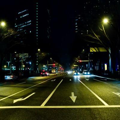 三車線の大通り(夜間)の写真