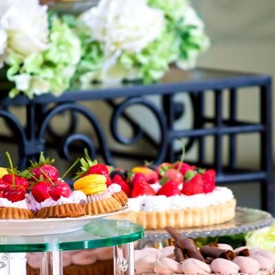 「セッティングされたケーキやマカロン」の写真素材