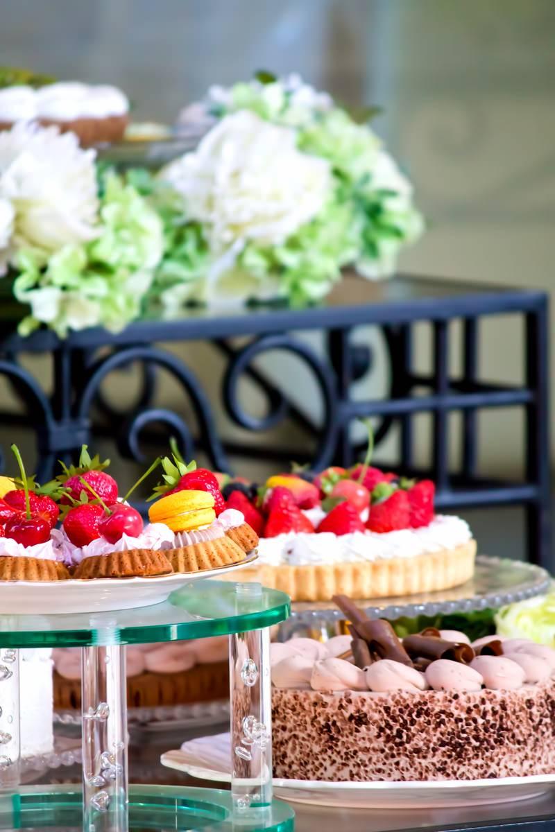 「セッティングされたケーキやマカロン」の写真