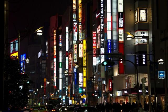 新宿の夜の繁華街の写真