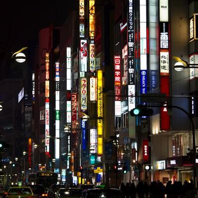 「新宿の夜の繁華街」の写真素材