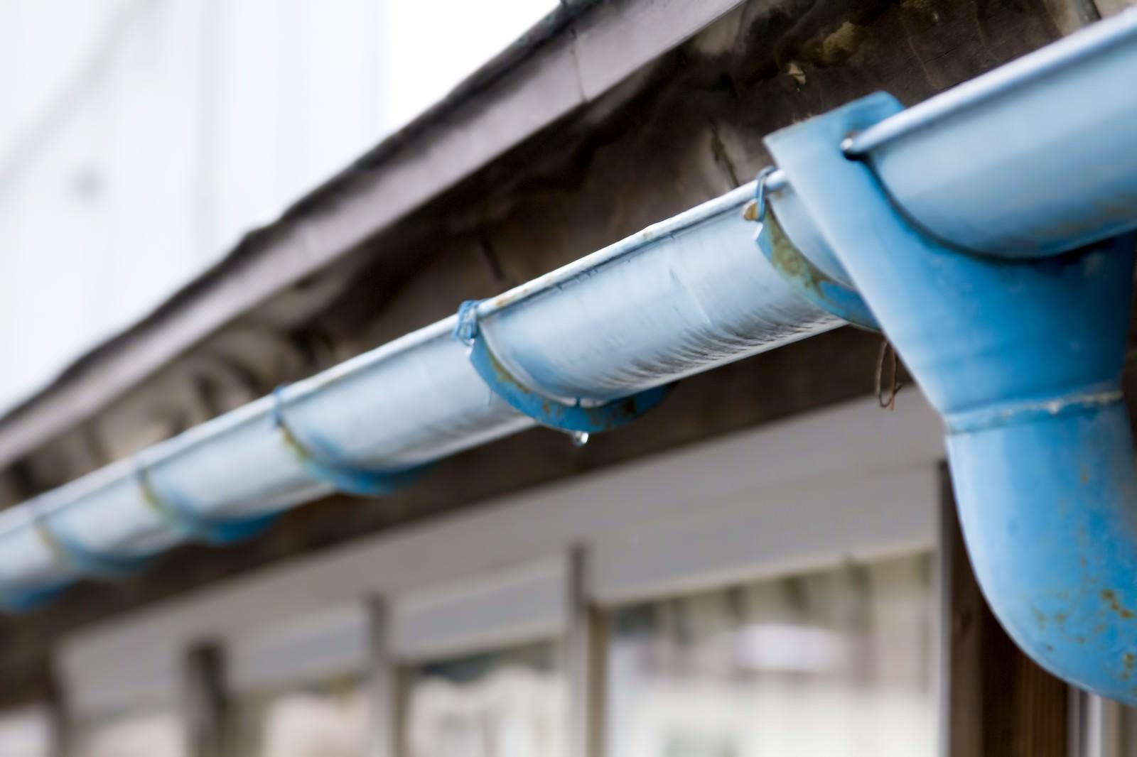 「民家と青い雨どい」の写真