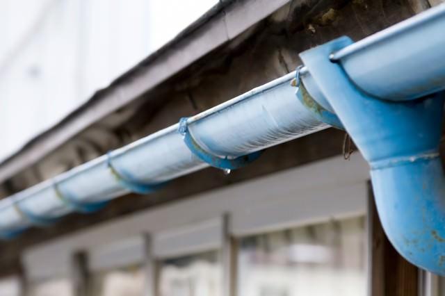 民家と青い雨どいの写真